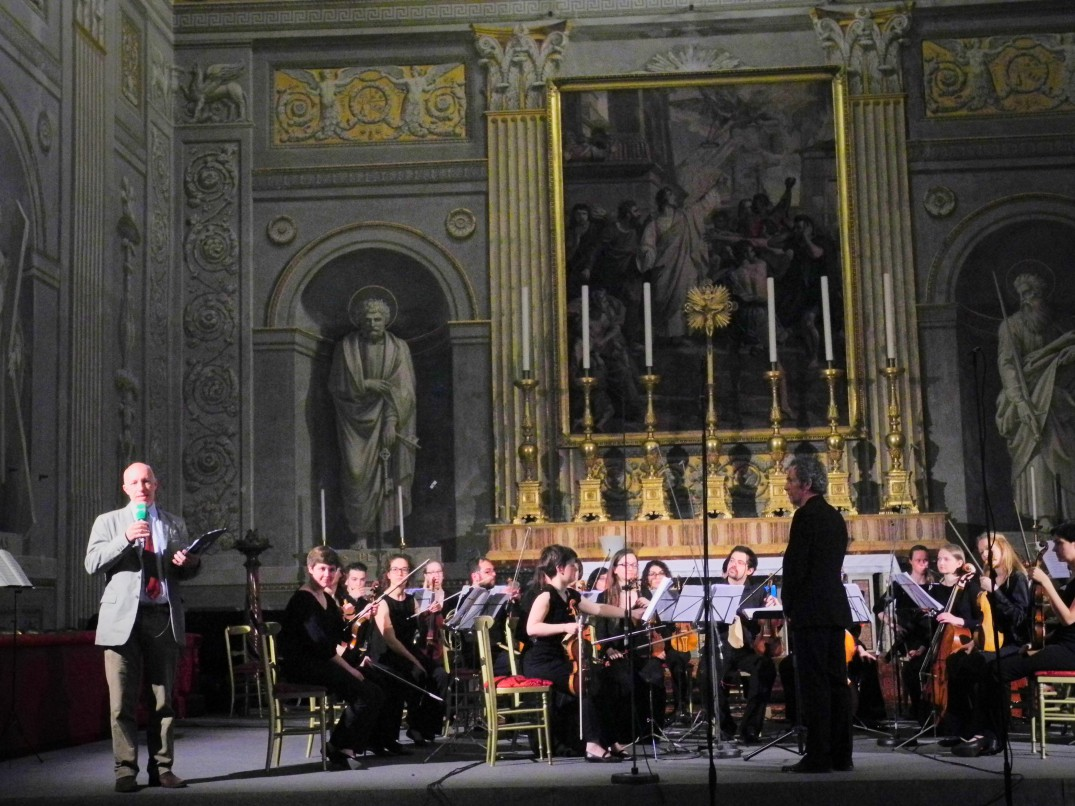 The orchestra with Stefano Catucci, speaker of Rai Radio3