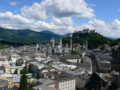 640px-Salzburg_Altstadt_vom_Mönchsberg