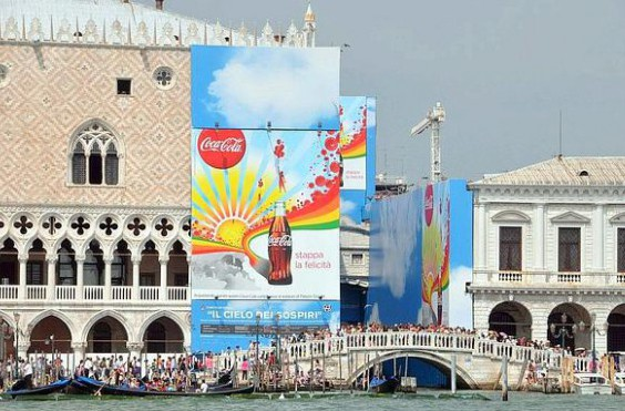 Venezia, 18/08/2010. Nuova pubblicità della coca cola su Palazzo Ducale.  (c)Andrea Pattaro/Vision